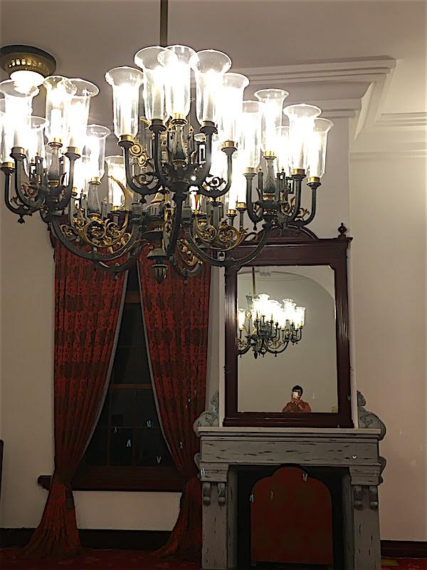豊平館広間暖炉とシャンデリア