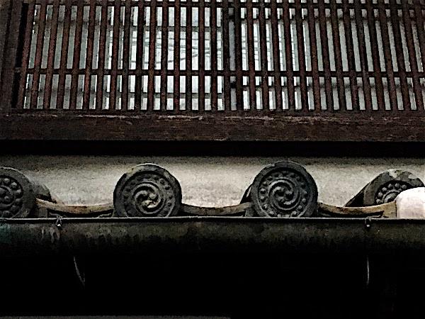 屋根瓦、鞆の紋